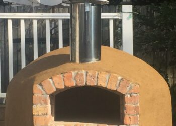 The Forno Nardona Rustico Model outdoor pizza oven.